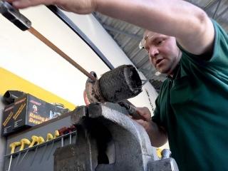 Egzoz spirali tamiri: eski spiralin motor montajını sağlayan kaidesi testereyle kesiliyor.
