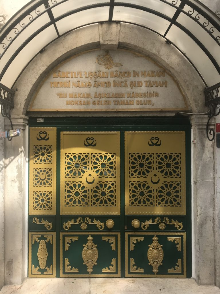 Türbe kapısı ve kapı üzerindeki yazı - Hasan Hüsameddin Uşşâki türbesi