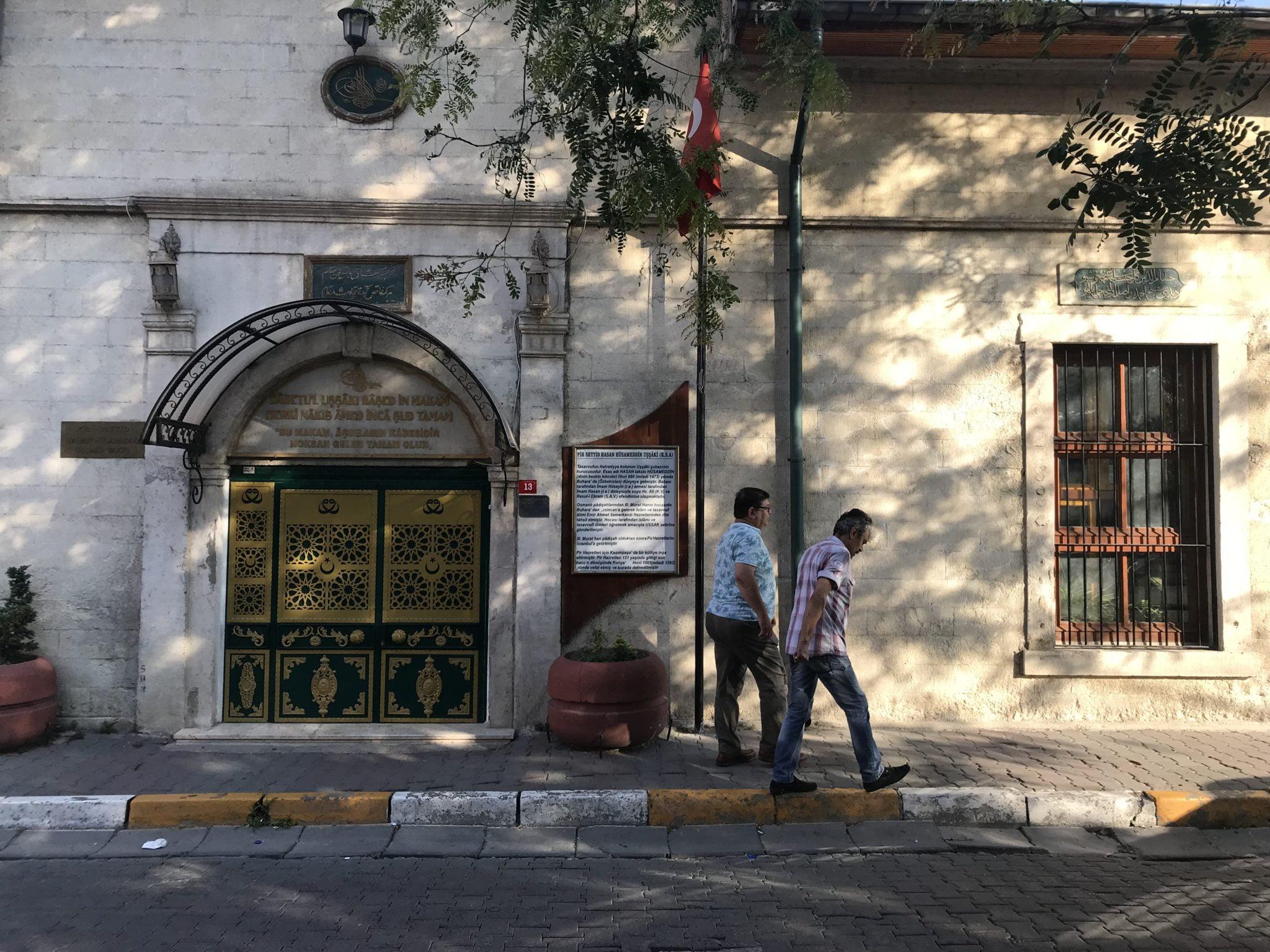 Hasan Hüsameddin Uşşâki türbesi - kapı, türbe yazısı